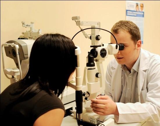 Zdjęcie przedstawiające pracę lekarzy w Centrum Medyczne Szpital Świętej Rodziny - foto 2